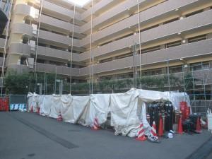 撤去の際には、地下ピットを埋め、産業廃棄物を捨てる作業を行う